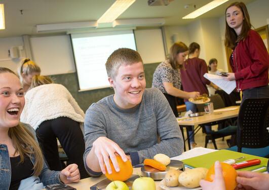 Studenter ved Human ernæring som løser oppgave