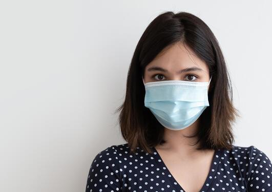 Bilde av kvinne med munnbind