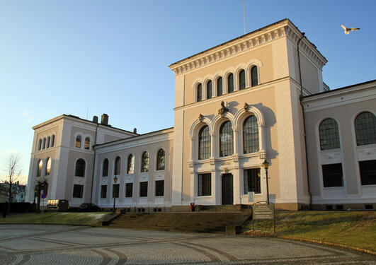 Universitetsmuseet rehabiliteres, og blant planene er en aula i sydfløyen (til venstre i bildet).
