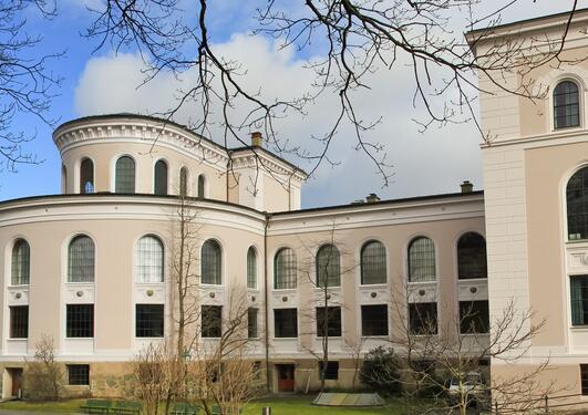 panoramabilde av universitetsmuseet, fasade sett fra hagen