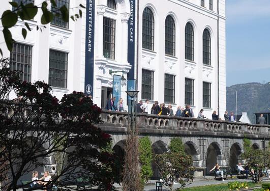 bilde av universitetsmuseet sett fra muséhagen