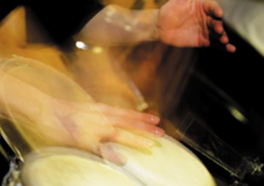 Nærbilde av hender som trommer