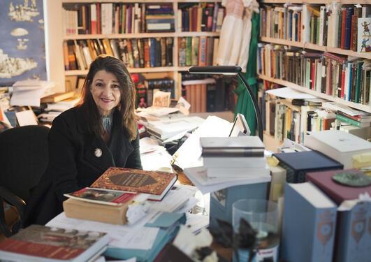 Portrett av Marina Warner ved skrivebordet