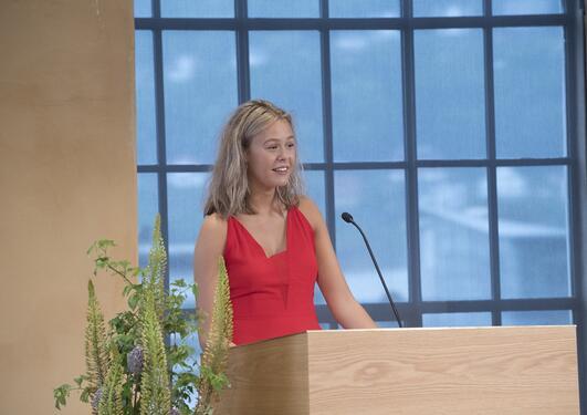Nanna Lilletvedt Sæten taler til nedstudenter under Bachelorseremonien 2017
