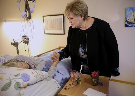 Statsminister Erna Solberg besøker de eldre