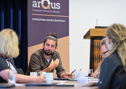 Seminardeltakere jobber sammen i grupper