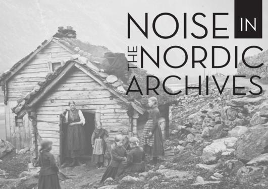 Gammelt svart-hvitt fotografi av en kvinne og fem barn utenfor et laftet tømmerhus i en fjellskråning