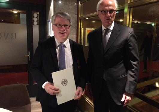 Professor Ernst Nordtveit (left) was awarded the Order of Merit of the Federal Republic of Germany at a dinner in Bergen in September 2014. The order was presented by Germany's ambassador to Norway, Axel Berg (right).