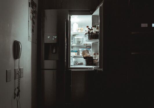 Kjøleskap i mørkt rom