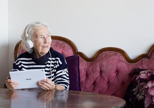 Eldre kvinne med datautstyr
