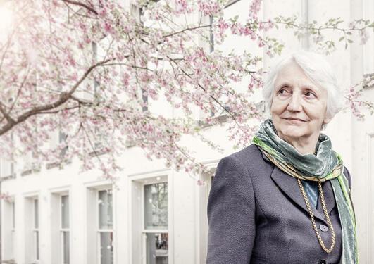 Bilde av Onora O'Neill ved et blomstrende kinesisk kirsebærtre