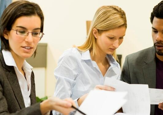 Bildet viser tre personer som samarbeider