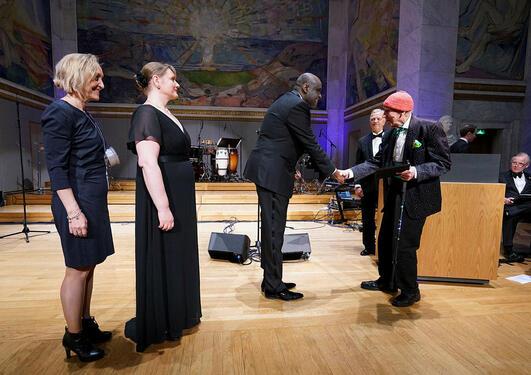 Olav Thon overrekker prisen til Kamal Mustafa