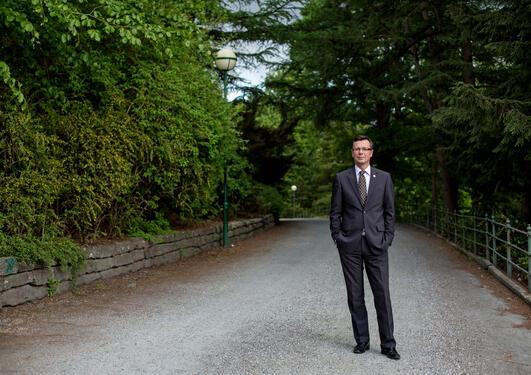 Portrettfoto av rektor Dag Rune Olsen i Nygårdsparken