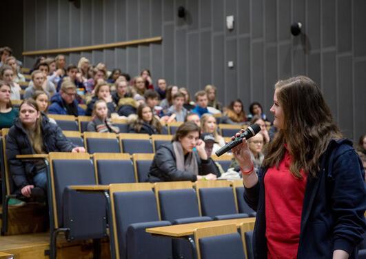 Student som forteller elever om UiB