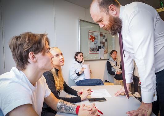 Erik Aarebrot lærer opp valobservatørar