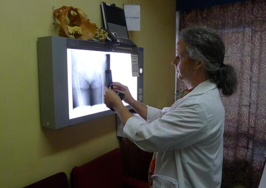 Spesiallege Sven Young tar et foto av et røntgenbilde med smarttelefonen sin på Kamuzu Central Hospital i Malawi, desember 2013.