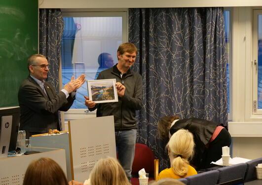 Øyvind Frette, instituttleder for Fysikk og Teknologi, mottar prisen