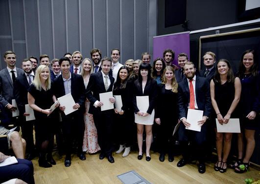 26 kandidatar frå bachelorprogramma i samanliknande politikk og europastudiar fekk vitnemåla sine frå visedekan for utdanning Knut Hilde og instituttstyrar Gunnar Grendstad.