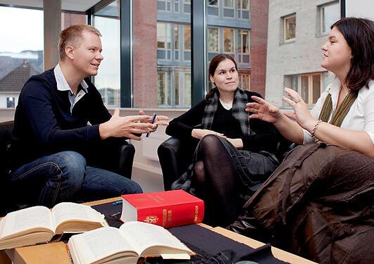 Tre ansatte diskuterer