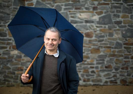 Bilde av Miguel Ángel Quesada-Pacheco med paraply