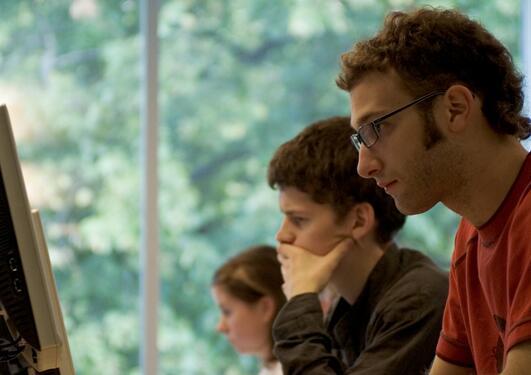 Studenter sitter på PC-salen