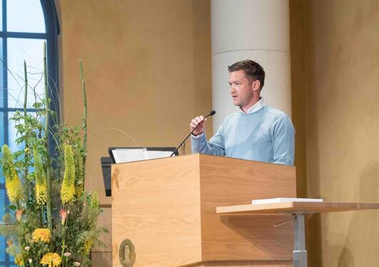 Per-Arne Larsen taler til bachelorkandidatene