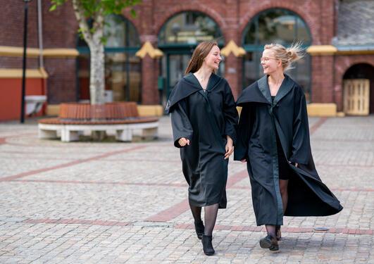 To nydisputerte doktorer i kapper foran Dragefjellet skole
