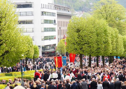 Picture of the city centre in Bergen filled with people