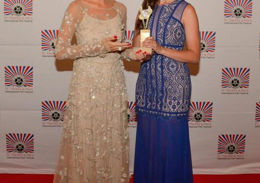 Pina Kingman mottar filmpris på IFF