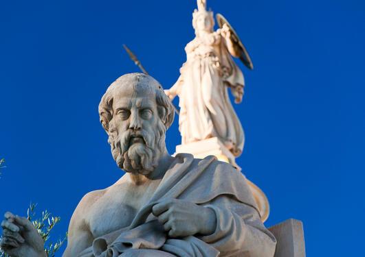 Statue av Platon fra Aten med gudinnen Nike i bakgrunnen