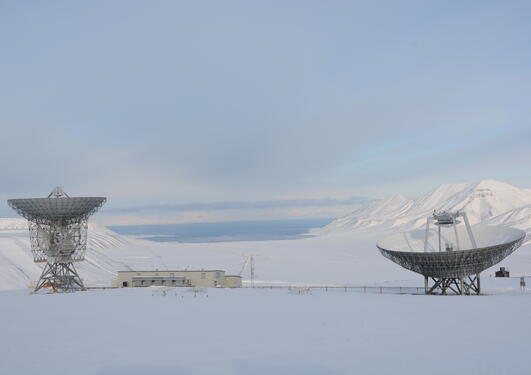Image of satellite dishes in Svalbard, as part of the research conducted at the University Centre in Svalbard, with which the University of Bergen collaborates.