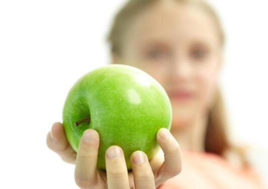 Hånd som holder et eple