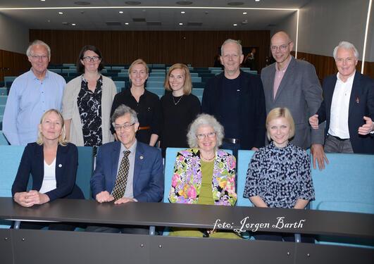 Gruppefoto fra fakultetets dag med prisvinnere, prorektor og dekan