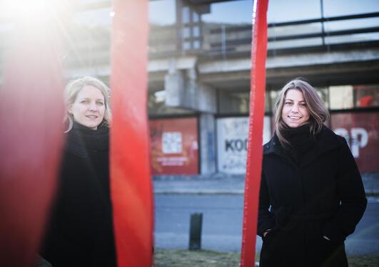 To kvinner i sort