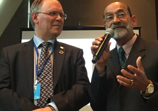 Jarl Giske fra Universitetet i Bergen (t.v.) og Rajesh Chandra fra University of the South Pacific lanserer et unikt marint professorat i Stillehavet under FNs havkonferanse i New York 7. juni 2017.