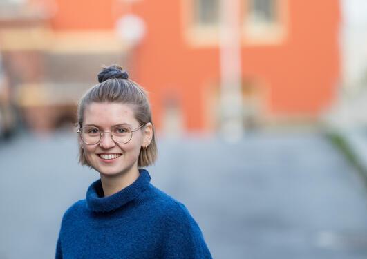 – Bergen er en lett by å bli kjent med som ny student. Det er mye som skjer både på jussfakultetet og i byen. Samtidig er fjellene lett tilgjengelige, hvis du ønsker en pause fra byen, sier jusstudent Marit Ellingsen Tjelmeland (22).