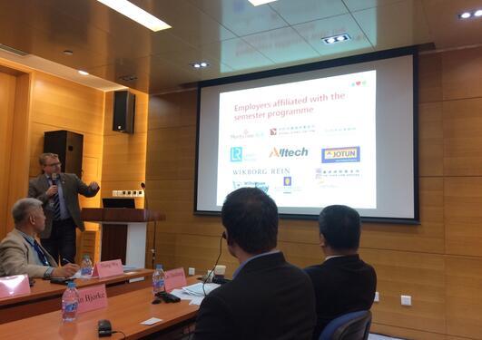 Juss-forsker Bjørnar Borvik snakket om UiBs semesterpakke i kinesisk rett under Kunnskapsdepartementets delegasjonsreise til Kina.