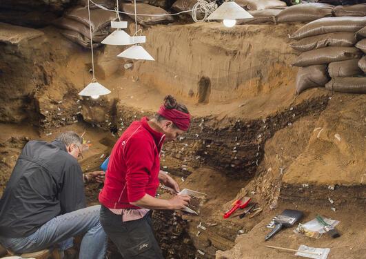 Arkeologer fra Universitetet i Bergen på utgraving i Blombos Cave i Sør Afrika.
