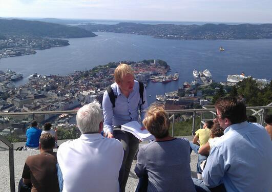 Forsker Rouven Doran samler inn data blant turister på Fløyen.