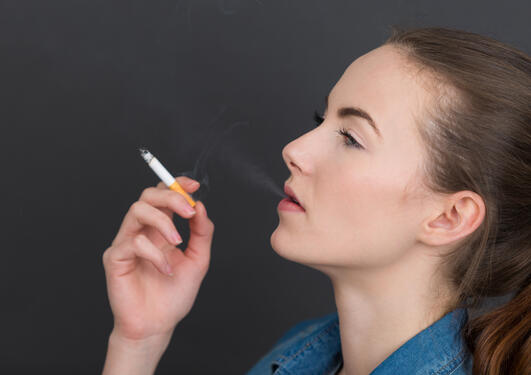 Flere av de yngste starter å røyke.