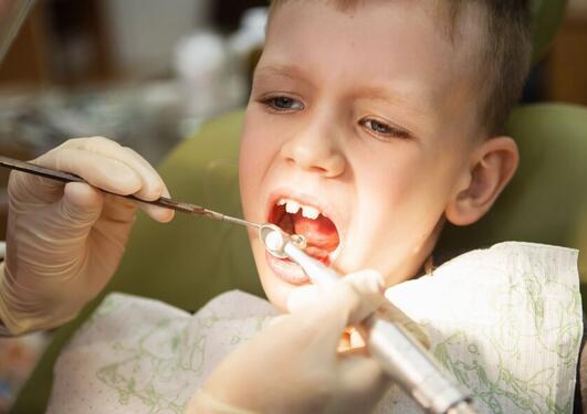 Gutt ca 8 år i tannlegestol