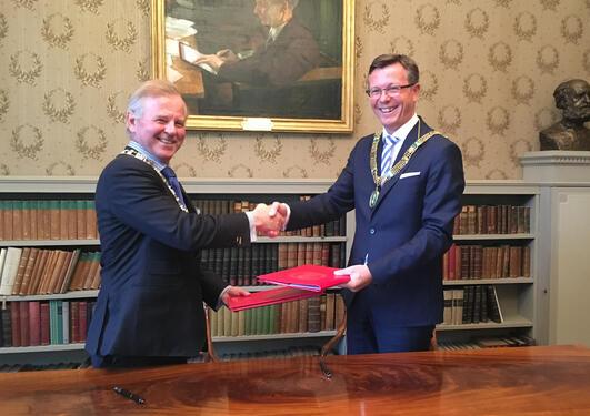 UiO-rektor Ole Petter Ottersen og UiB-rektor Dag Rune Olsen signerer samarbeidsavtalen 9.juni.