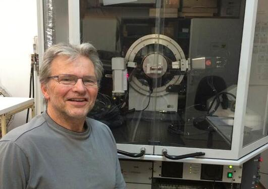 Bilde av Stein Erik Lauritzen foran et instrument