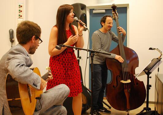 Sindre Sortland, Annelise Ringsby og Davide Bertolini spelar bossanova.