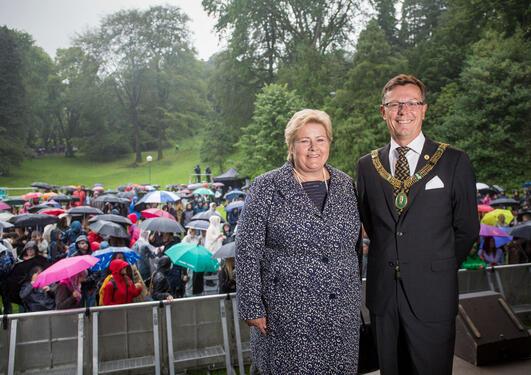 Statsminister Erna Solberg og rektor Dag Rune Olsen i Nygårdsparken