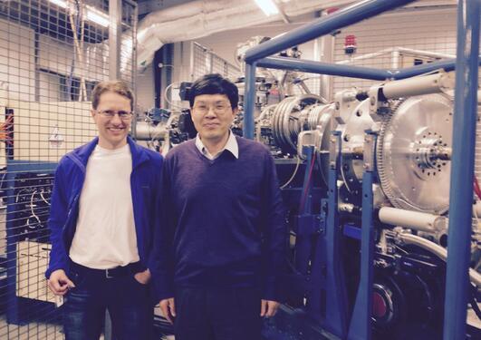 Sheng Xu og Larse Evje ved ionekilen til den store AMS'en