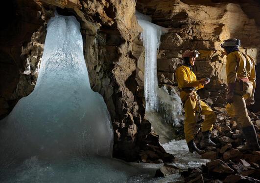 I grotten Sieben Hengste i Sveits henter forskerne ut data fra dryppsteiner. Dryppsteinene fungerer som klimaarkiv med informasjon om nedbør mange tusenår tilbake i tid. Isotoper i nedbøren endrer seg i forhold til skyenes transporthistorie og  lufttemper