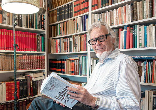 Gunnar Skirbekk med den franske utgåva av Filosofihistorie
