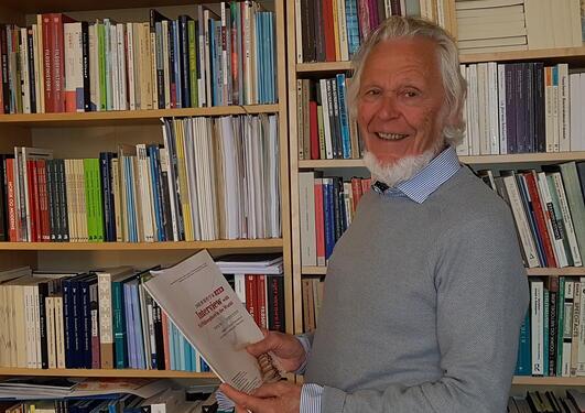 forskeren holder boken
